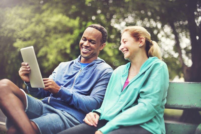 夫妇锻炼佩带的幸福健康概念 库存图片