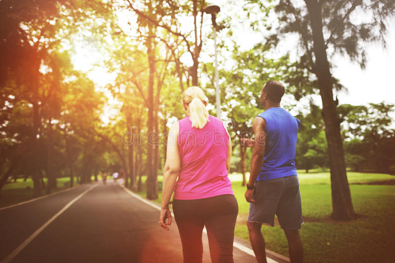 夫妇锻炼佩带的幸福健康概念 库存照片