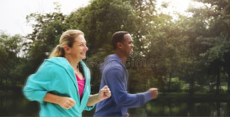 夫妇锻炼佩带的幸福健康概念 免版税库存照片