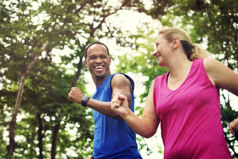 夫妇锻炼幸福健康生活方式概念 库存图片