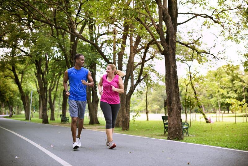 夫妇锻炼幸福健康生活方式概念 免版税库存图片