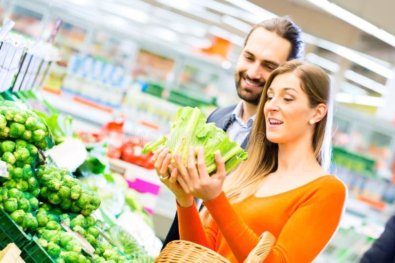 夫妇购物杂货在超级市场 免版税库存照片