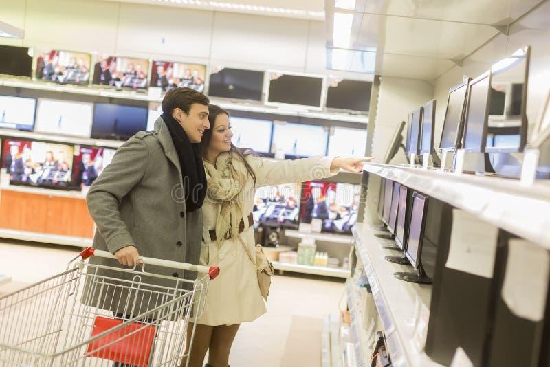 夫妇购物电子 免版税库存图片