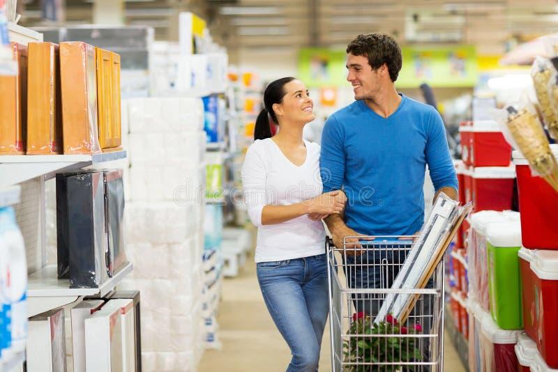 夫妇购物超级市场 免版税库存图片
