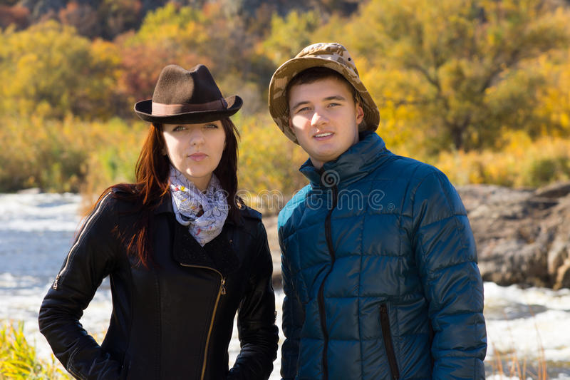 年轻夫妇以秋天时尚 免版税库存图片
