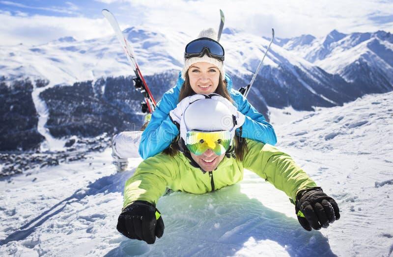 年轻夫妇滑稽的行动冬天滑雪胜地 库存图片