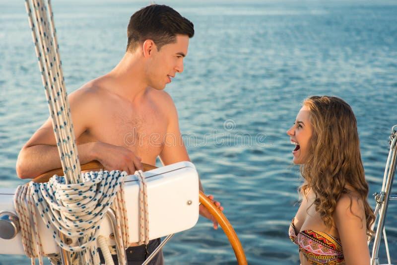 Download 年轻夫妇临近游艇轮子 库存图片. 图片 包括有 日期, 言情, 放松, 自由, beautifuler, 夫妇 - 72365321