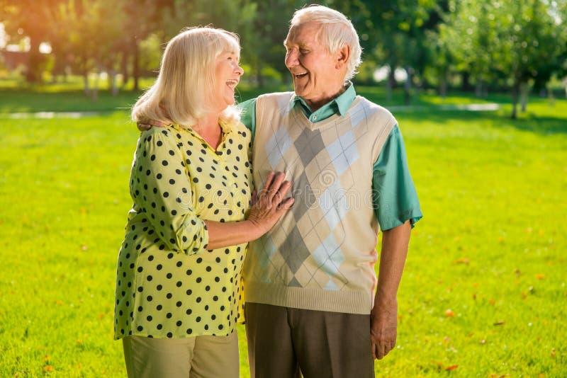 夫妇年长的人笑 免版税库存照片