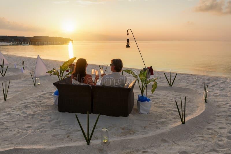 夫妇lounging在马尔代夫 库存图片