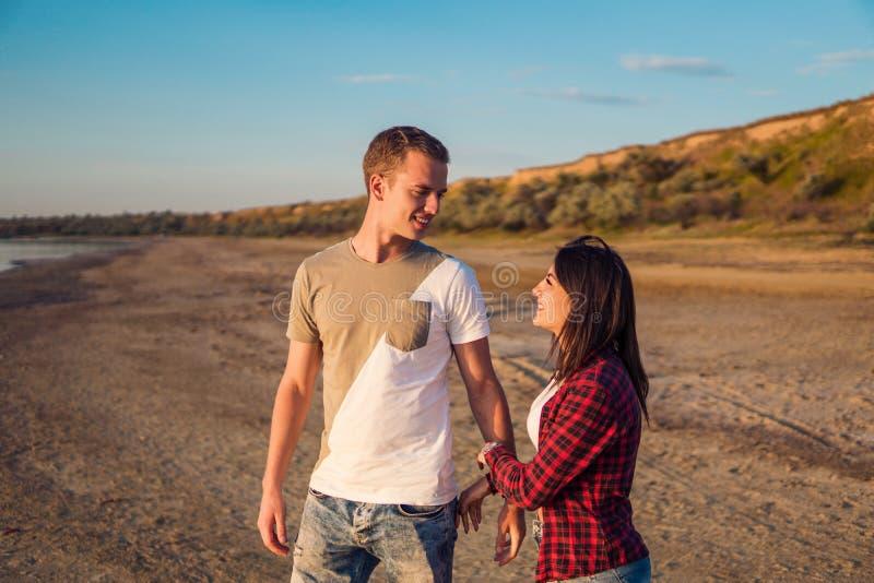 夫妇Lovestory在海滩的在日落 免版税库存照片