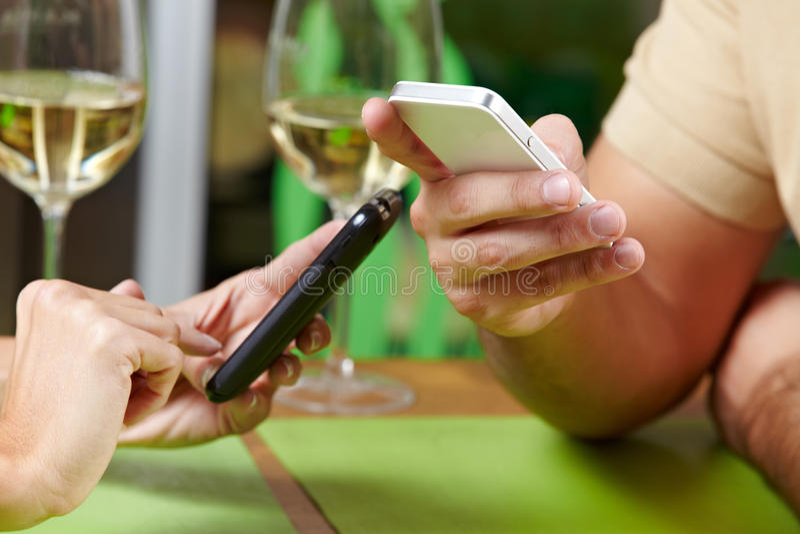 夫妇smartphones使用 图库摄影