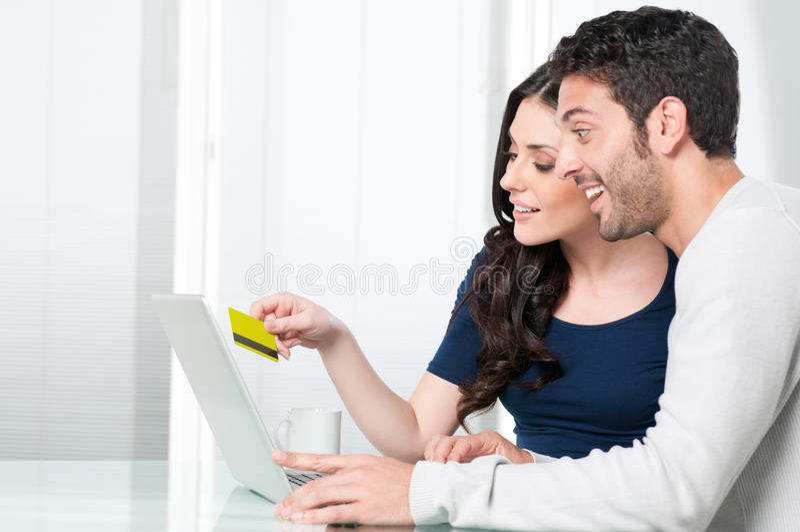 夫妇surpised的互联网购物 图库摄影
