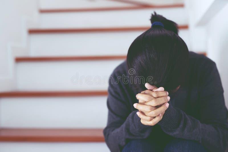 失业的妇女哀伤的危机绝望和重音坐在房子台阶的人压缩感觉紧张就职付款expen 免版税图库摄影