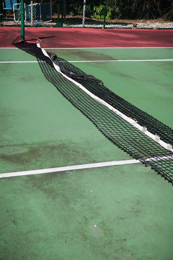 失修的网球场 免版税库存图片