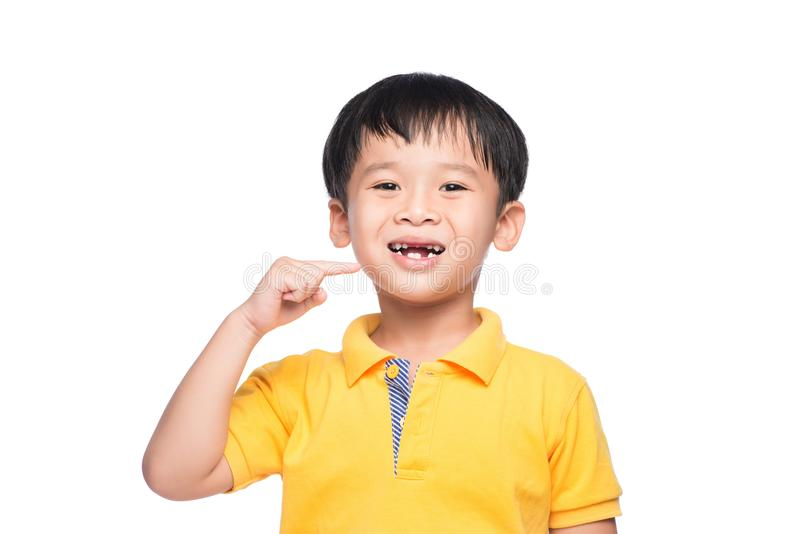 失去的乳齿亚裔男孩,看法的关闭 库存照片