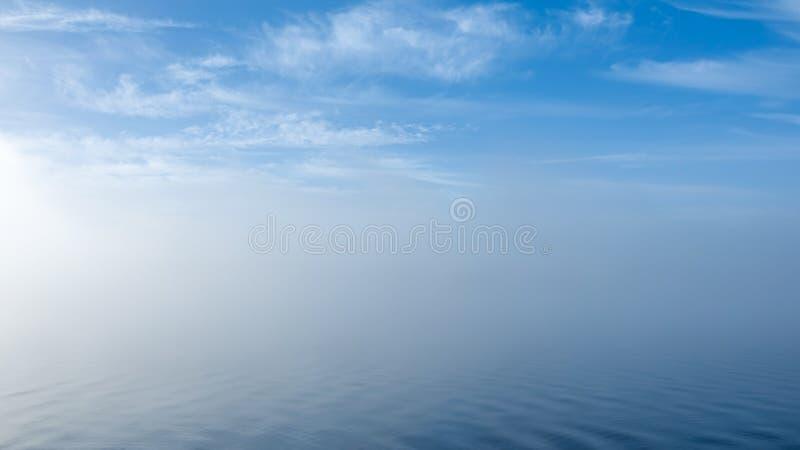 失去的海运 在有薄雾的淡色风景的软的波纹 平安的Th 库存图片