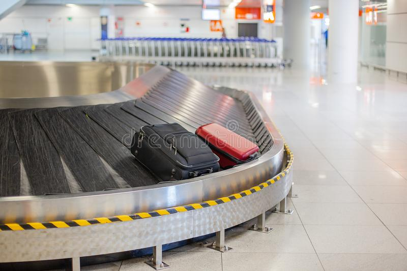 失去的行李在机场 行李排序-在传动机的行李 免版税库存图片