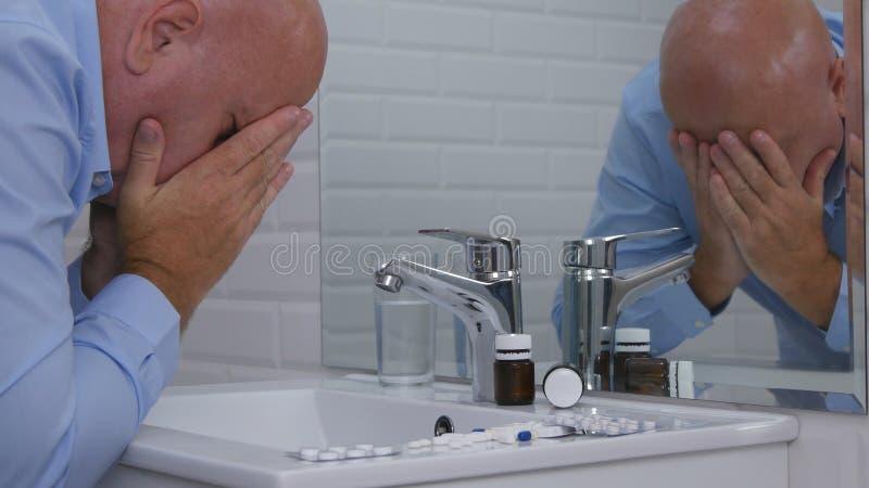 失望的人在洗手间屋子痛苦里和感觉的病残认为采取药片 免版税库存图片