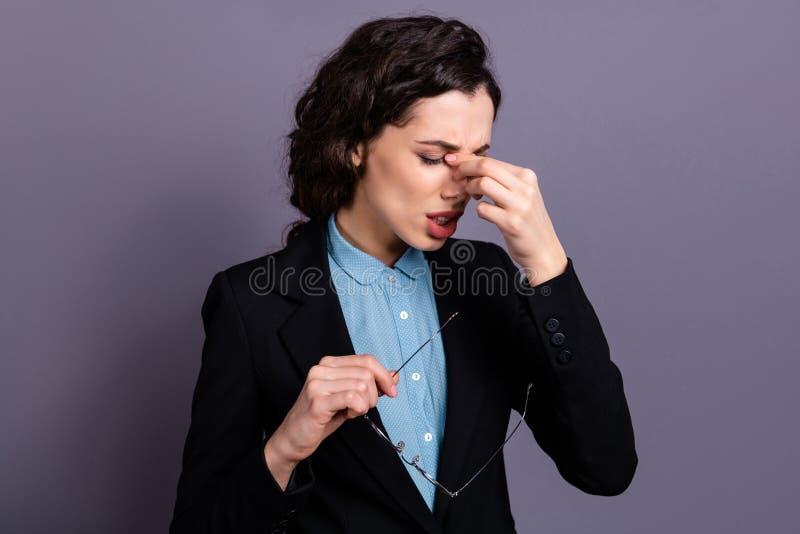 失望的哀伤的生气企业家衣领举行手接触鼻子eyewear镜片疲劳热病压力画象  图库摄影
