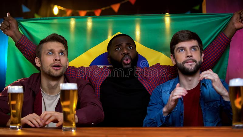 失望的巴西爱好者弄翻与喜爱的体育队丢失冠军 免版税库存照片