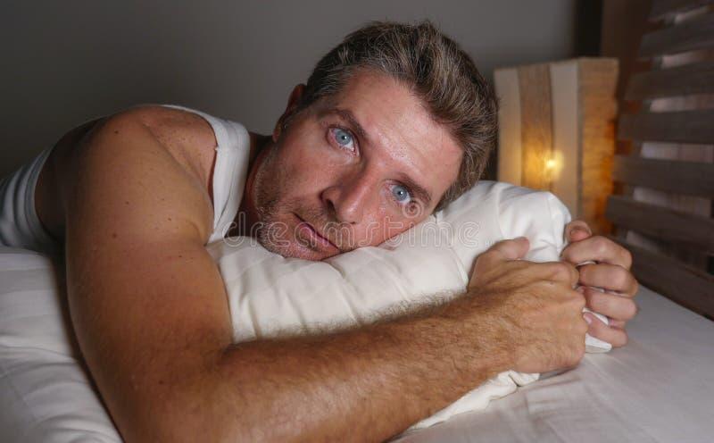失眠和醒的可爱的人接近的面孔画象有眼睛的大开在说谎在床遭受的失眠睡觉的晚上 库存图片