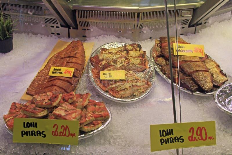 失去作用与在市场上的油煎的鱼在奥卢,芬兰 免版税库存图片