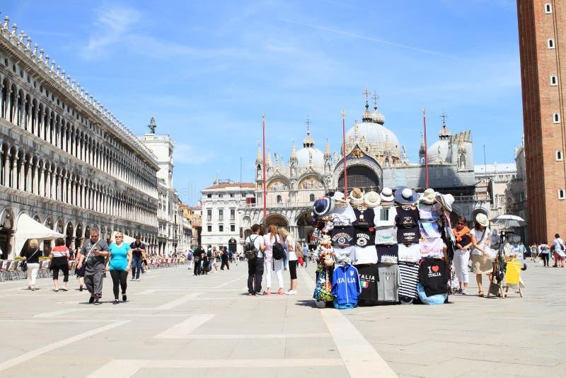 失去作用与在Basilica di圣Marco前面的纪念品 图库摄影