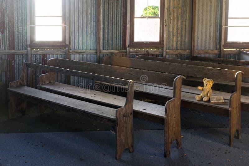 失去的玩具熊在被放弃的老教会里 库存照片