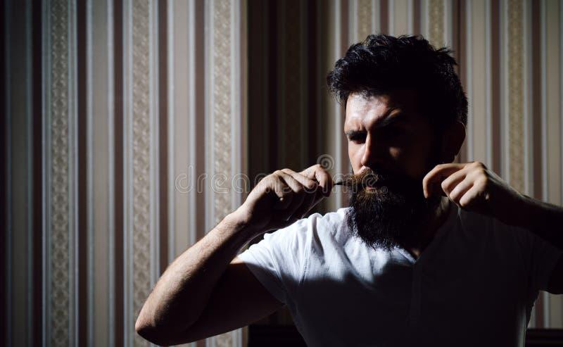 头发准备是为勇敢的破裂 有胡子的时髦的理发店客户 有胡子的客户参观的理发店 库存图片