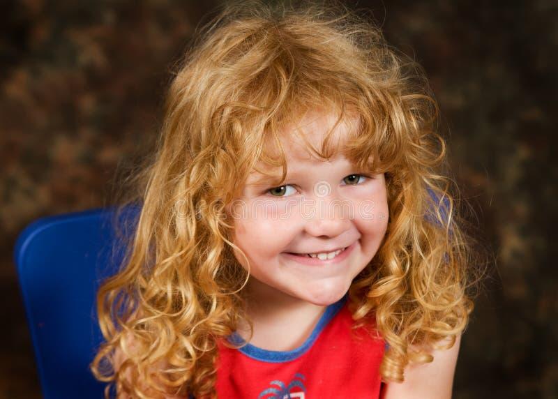 头发可爱的卷曲的女孩一点 免版税库存图片