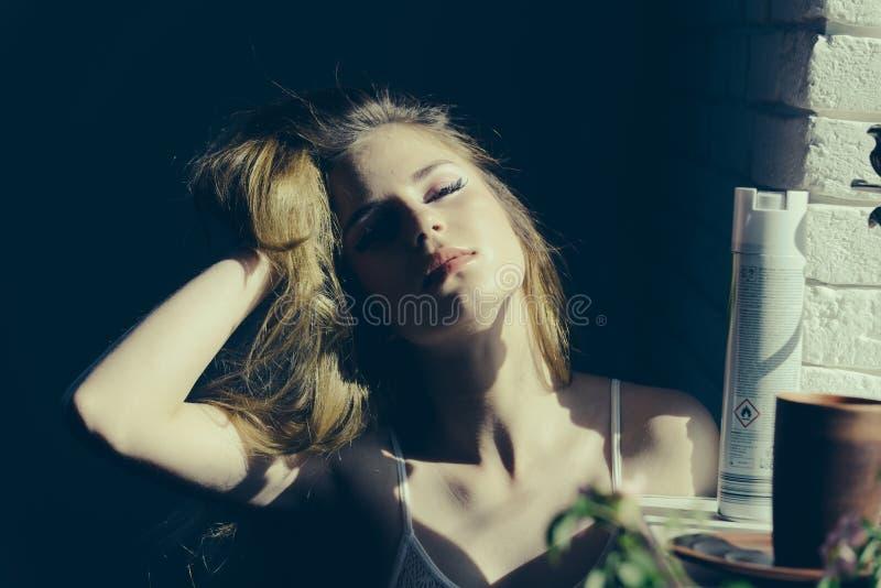 头发概念 妇女接触头发用手 俏丽长期女孩的头发 从您的头发的震动梦想 库存图片