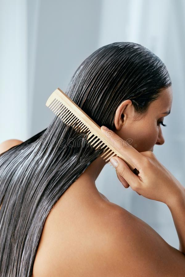 头发治疗 有面具的妇女在湿头发特写镜头 库存图片