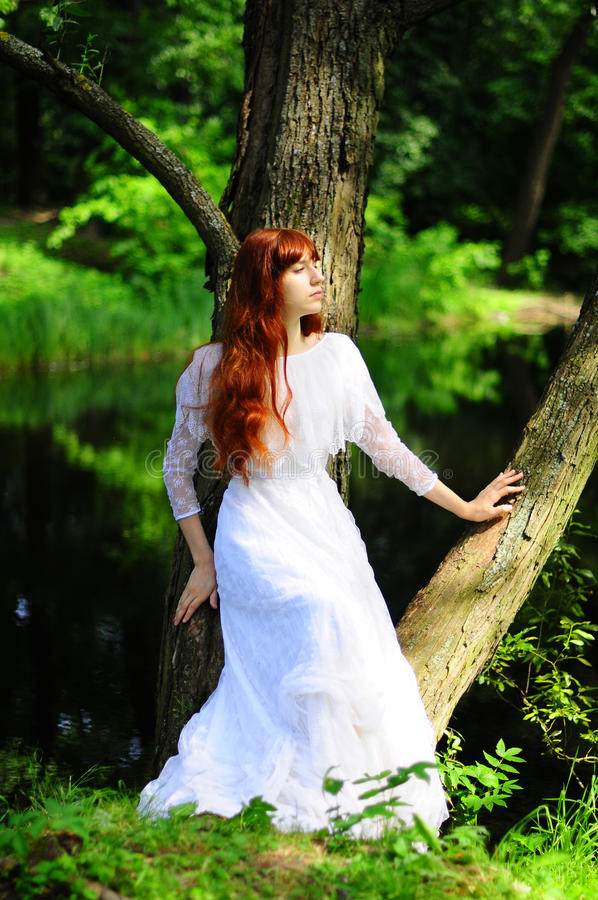 头发的相当红色妇女年轻人 免版税图库摄影
