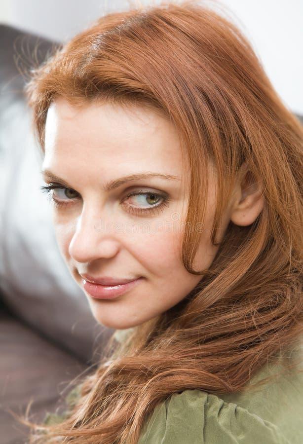 头发的红色妇女年轻人 免版税库存图片