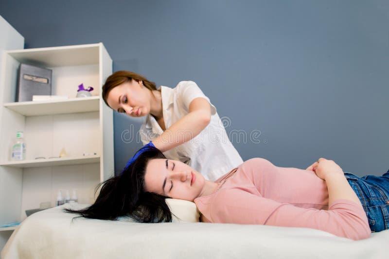 头发秀丽,mesotherapy:美容师毛发学者医生审查一名年轻俏丽的妇女的头温泉整容术的 图库摄影