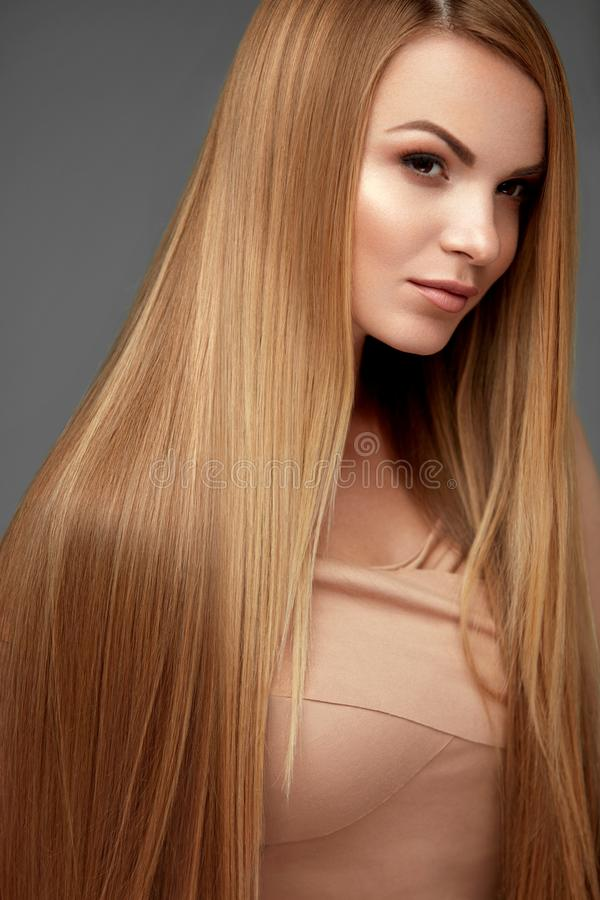 头发秀丽 有健康长的直发的美丽的妇女 免版税库存照片