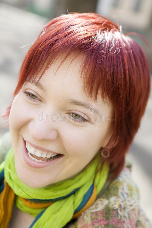 头发笑的纵向红色妇女年轻人 免版税库存照片