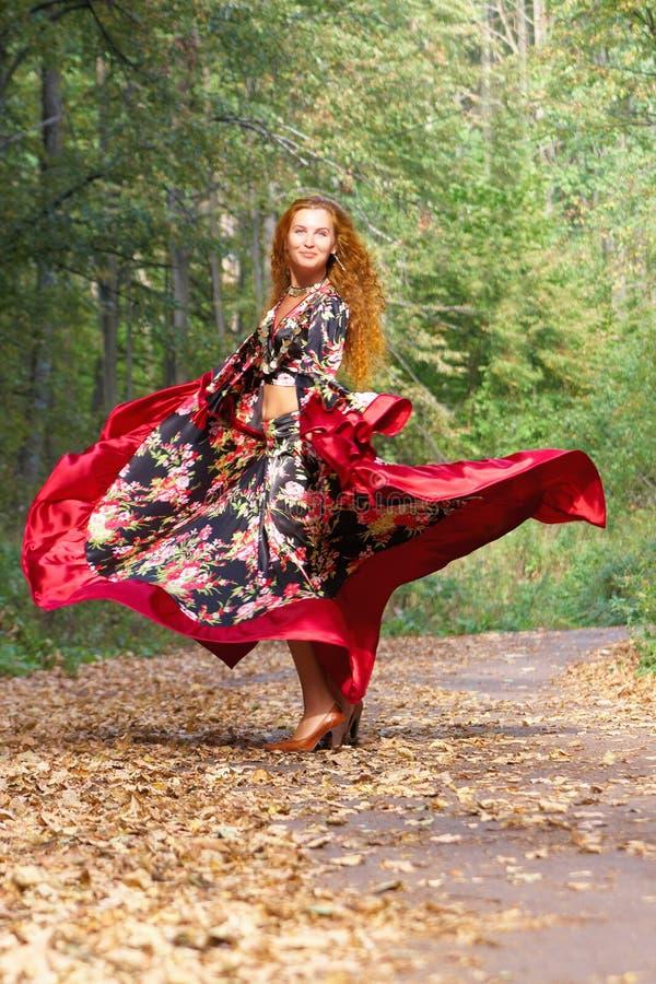 头发美丽的跳舞姜的女孩 免版税库存图片
