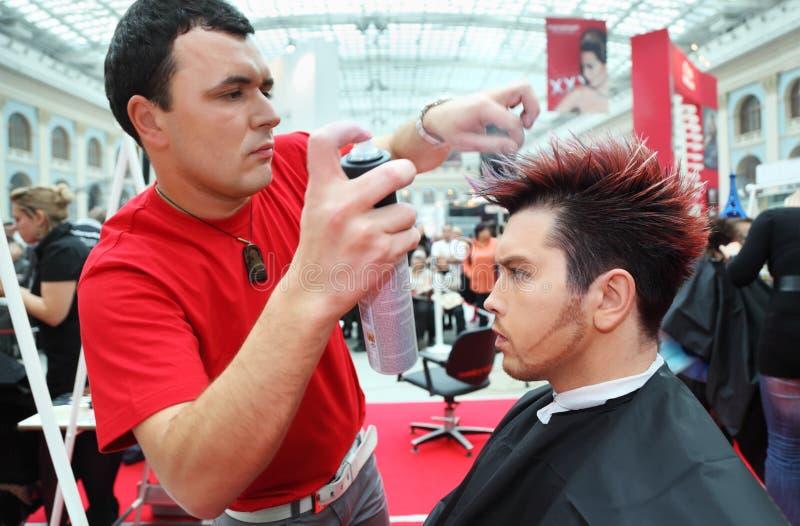 头发美发师发型做浪花 库存照片