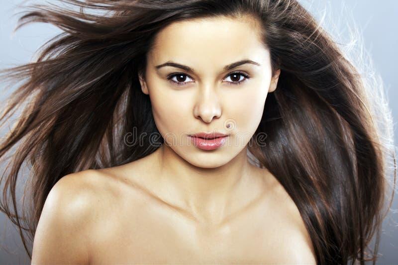 头发被风吹扫妇女年轻人 免版税库存图片