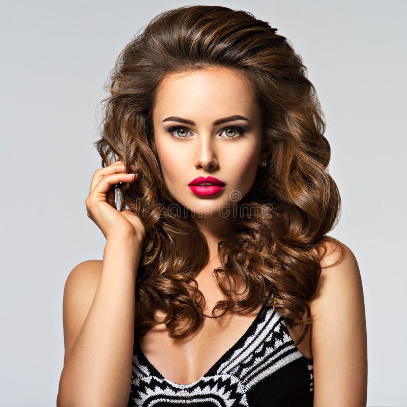 头发长的俏丽的妇女年轻人 免版税图库摄影