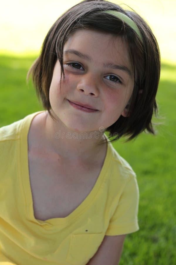 头发黑暗的女孩甜的矮小 免版税库存照片