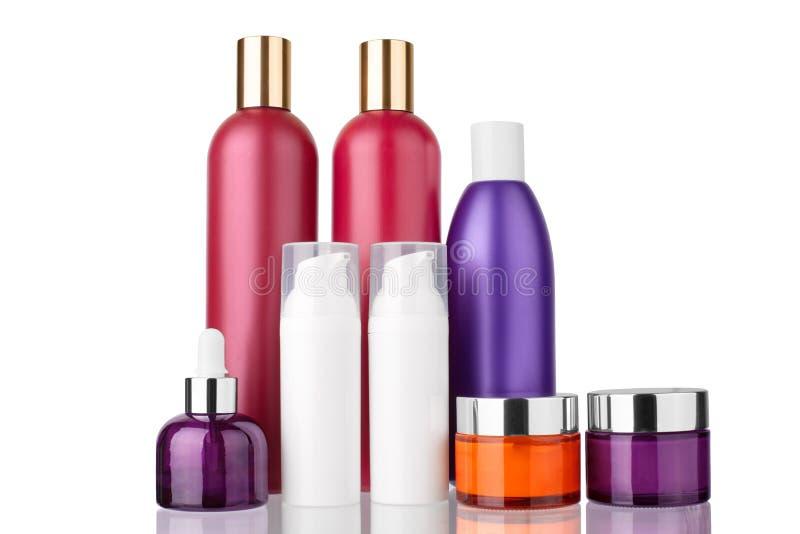 头发,身体化妆塑料瓶,面霜,血清在白色背景被隔绝的关闭的玻璃瓶模板  免版税库存图片