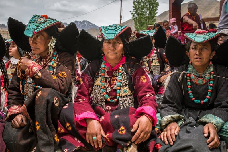 头戴与绿松石的未认出的Zanskari妇女种族传统Ladakhi头饰向叫的Perakh霹雳州,拉达克,印度扔石头 免版税库存图片