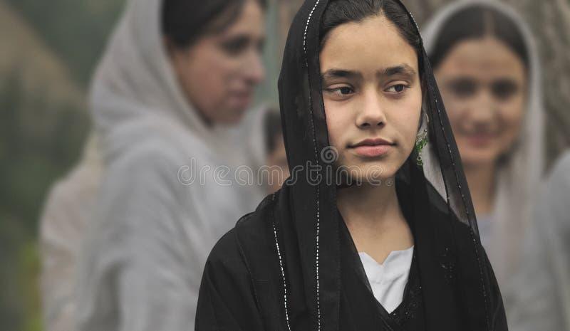 头戴从斯利那加的黑面纱的克什米尔人女孩 免版税库存图片