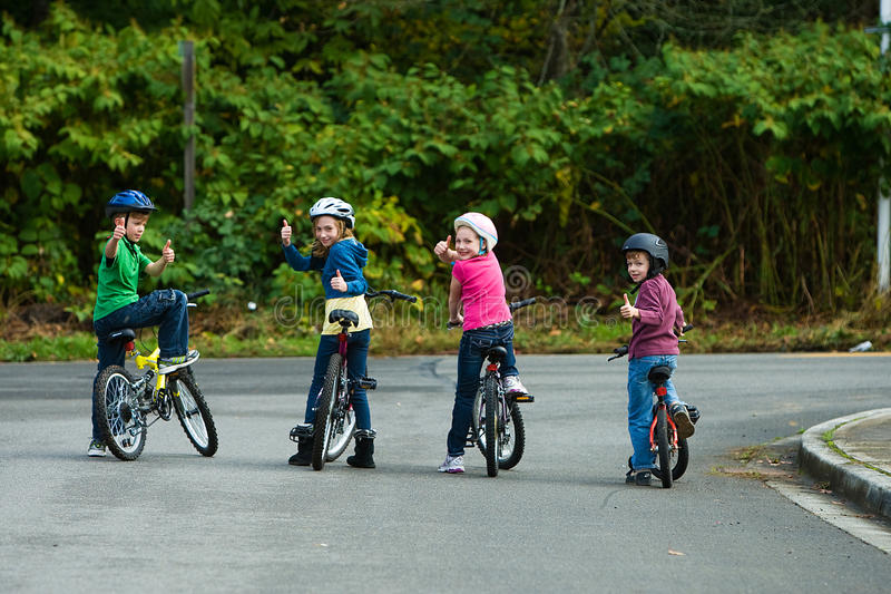 头戴自行车盔甲的孩子 库存图片