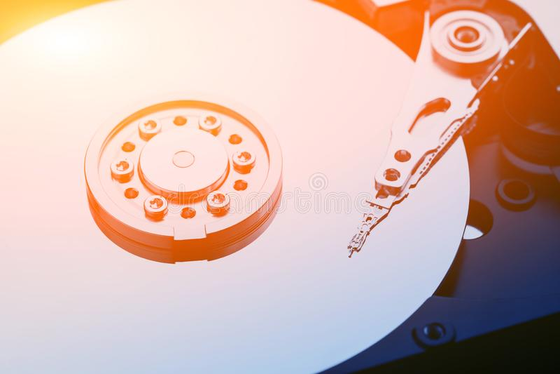头特写镜头宏观照片在被打开的硬盘驱动器的 修理或补救信息的概念从残破的硬盘驱动器的 库存照片