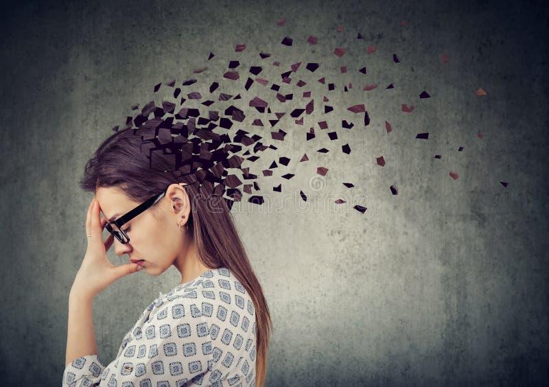 头的少妇丢失的零件作为减少的头脑作用的标志的 库存图片
