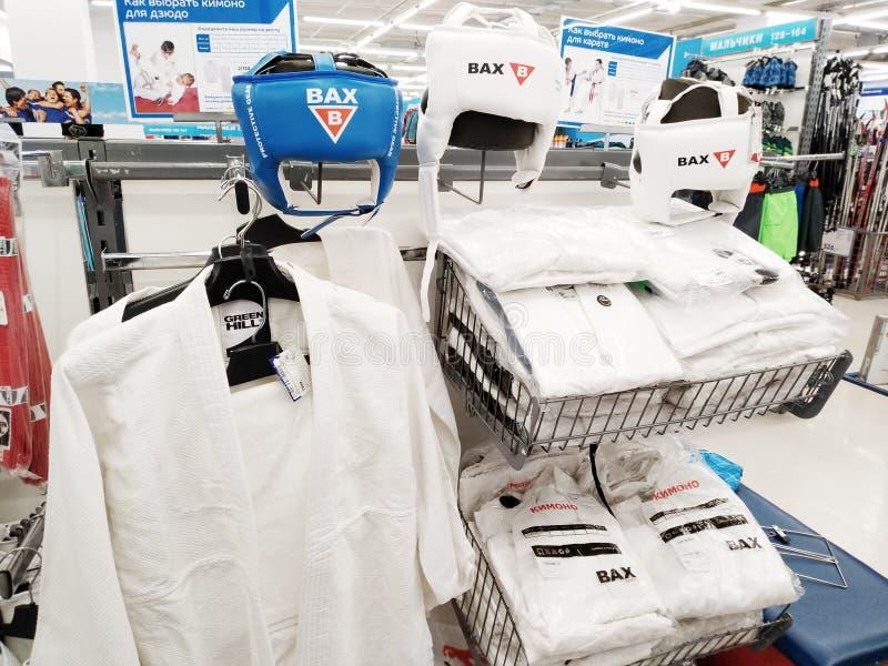 头饰和和服训练在空手道和其他战斗的在大体育超级市场 免版税库存照片