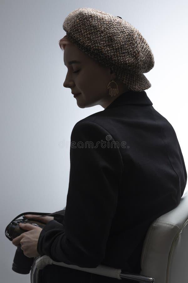 头饰的一少女为照相机摆在演播室 库存图片